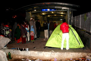 Volunteer of Uday Foundation fixing temporary tent for homeless patients outside AIIMS Hospital